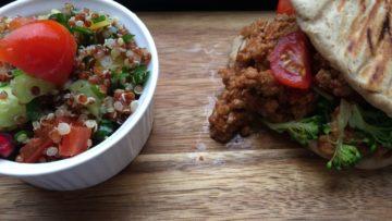 Ψωμάκια με αλεύρι λευκό – ολικής με κιμά, διάφορα λαχανικά και σαλάτα