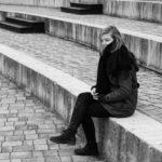 Η μοναχικότητα που παρουσιάζουν οι έφηβοι. Είναι απλά σύμπτωμα της εφηβείας ή πραγματικά νιώθουν μόνοι; Πότε πρέπει να ανησυχήσουν οι γονείς;