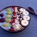 Πρωινό με σπόρους chia, γάλα αμυγδάλου και φρέσκα φρούτα