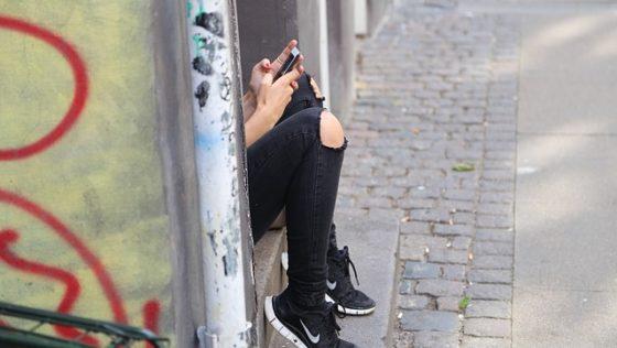Η έφηβη κόρη μου παραμελεί το διάβασμα και ασχολείται με το κινητό της όλη μέρα