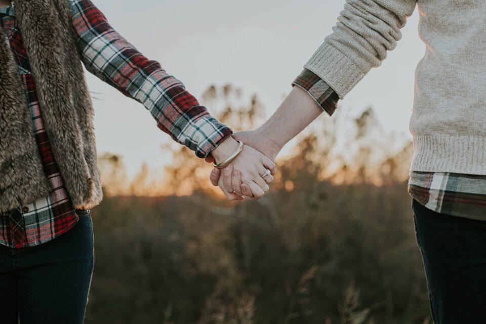 Πότε και πώς να παρέμβω στη ρομαντική σχέση του/της εφήβου/-ης;
